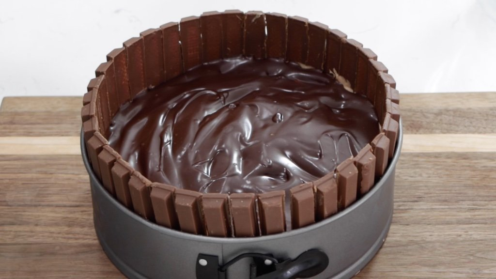 Chilled no bake chocolate cheesecake with Kit Kats